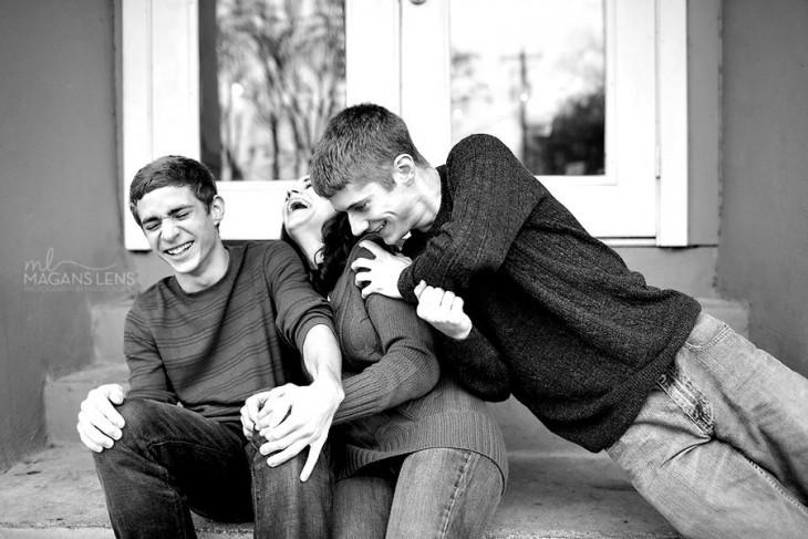 fotografía de unos hermanos sentados riendo y jugando