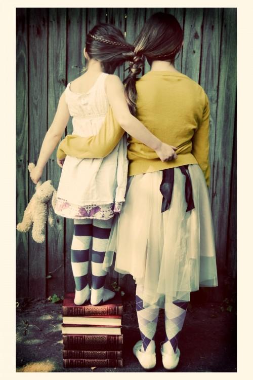 foto de dos hermanas juntas con sus trenzas unidas