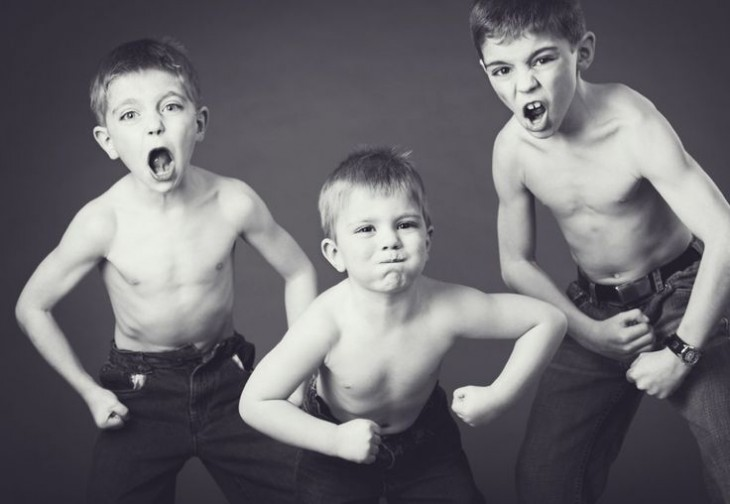 tres niños con poses de fuertes