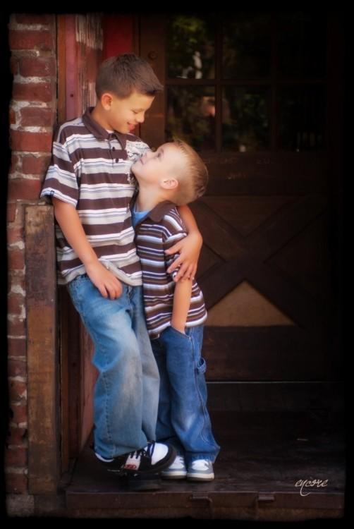 Dos hermanos parados viéndose el uno al otro