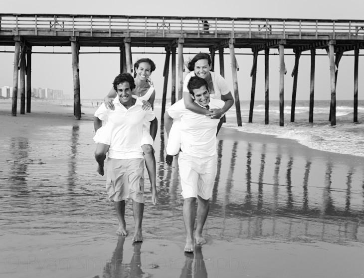 fotografía de cuatro hermanos en una playa