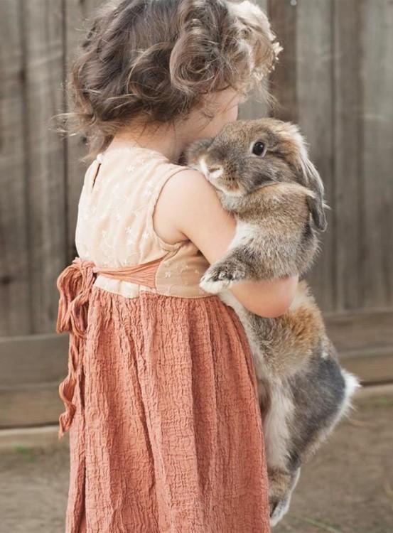 niña abrazando a su conejo