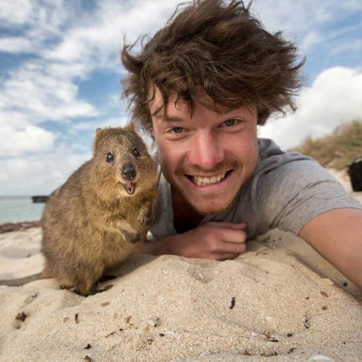 Selfie de Allan Dixon con un castor