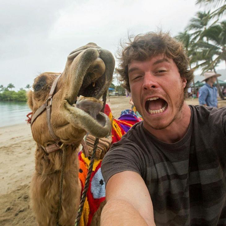 selfie de un chico con un camello