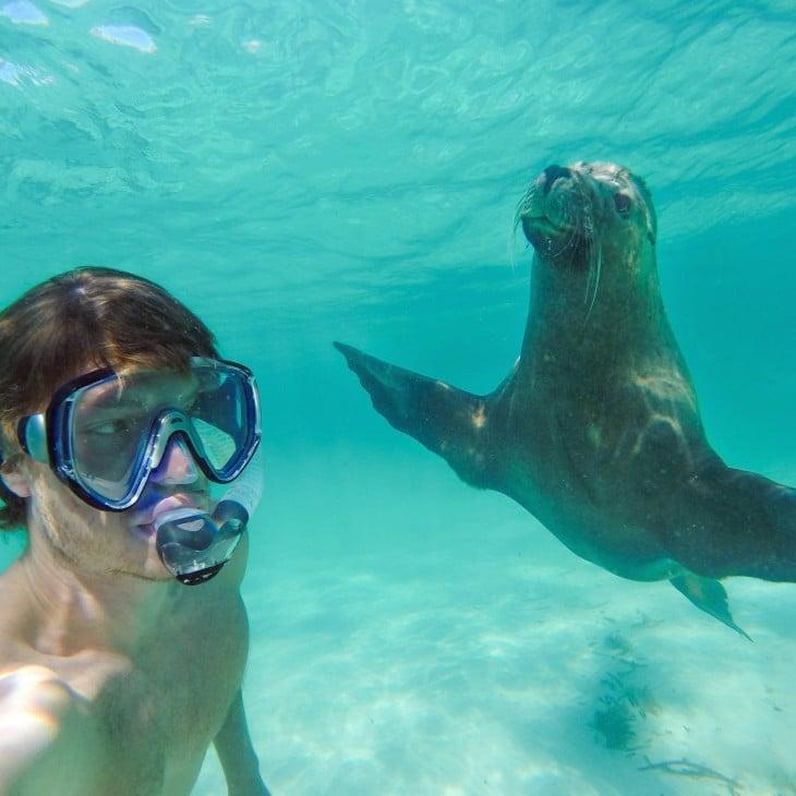 selfie de Allan Dixon con una foca abajo del mar