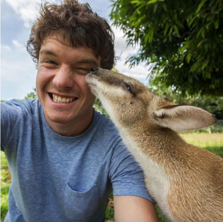 selfie de Allan Dixon mientras un animal parece darle un beso