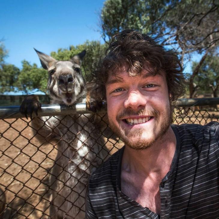 selfie de un chico con un canguro