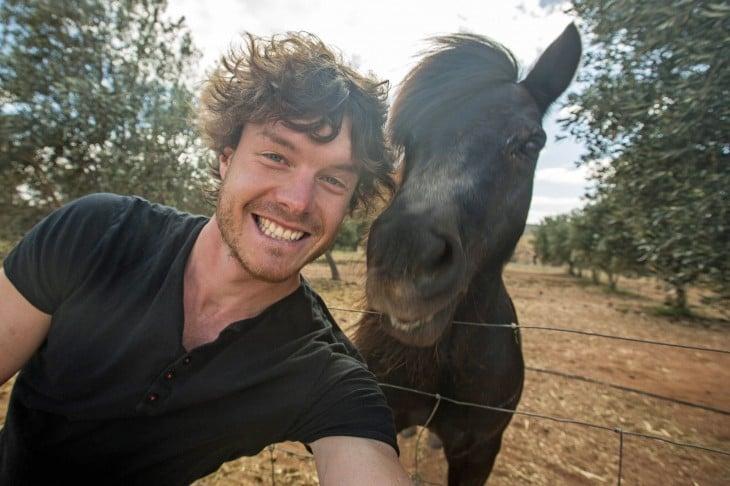 Selfie de Allan Dixon junto a un caballo