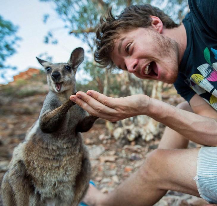 Selfie de Allan Dixon con un pequeño canguro