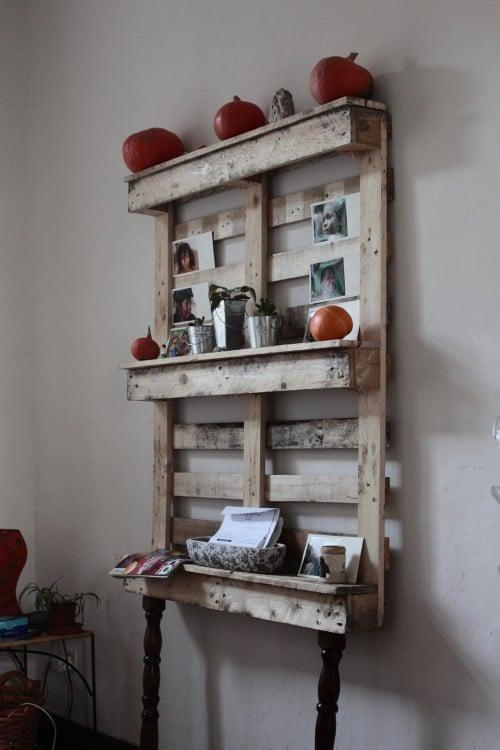 mueble elaborado a base de pallets con estructuras viejas de otros muebles, ideal para el jardín