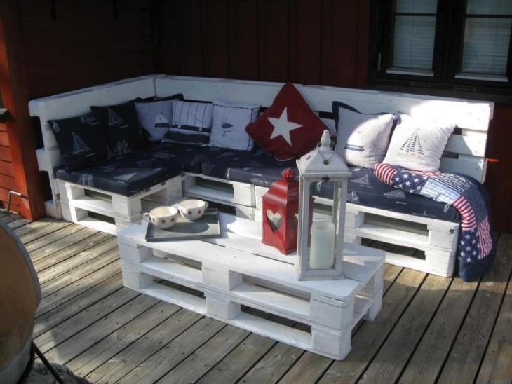 Mueble hecho en base de palets adornado con cojines hechizos y reciclados de otras generaciones