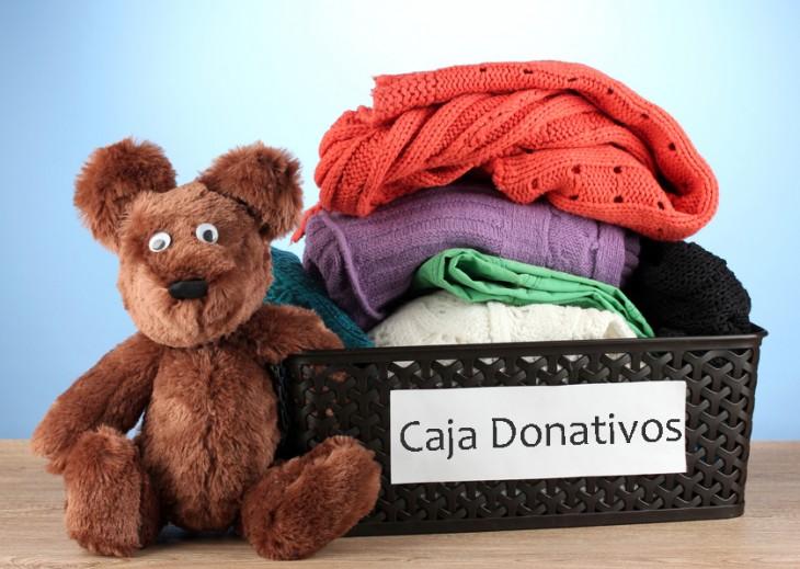 Caja con ropa y donativos para una fundación