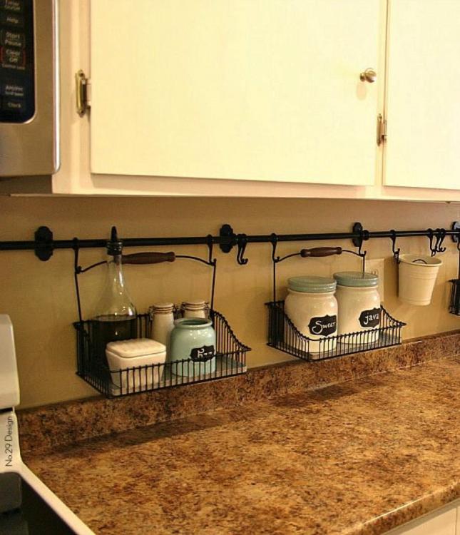 barra con contenedores bajo de la alacena en la cocina