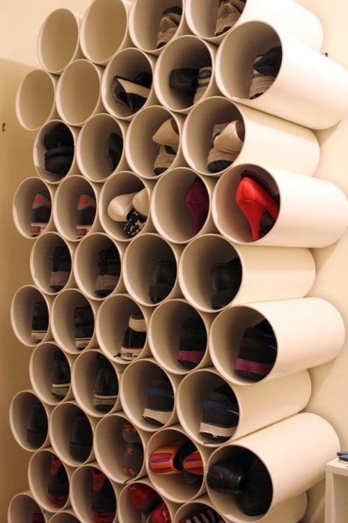 tubos PVC fijos en la pared para acomodar los zapatos