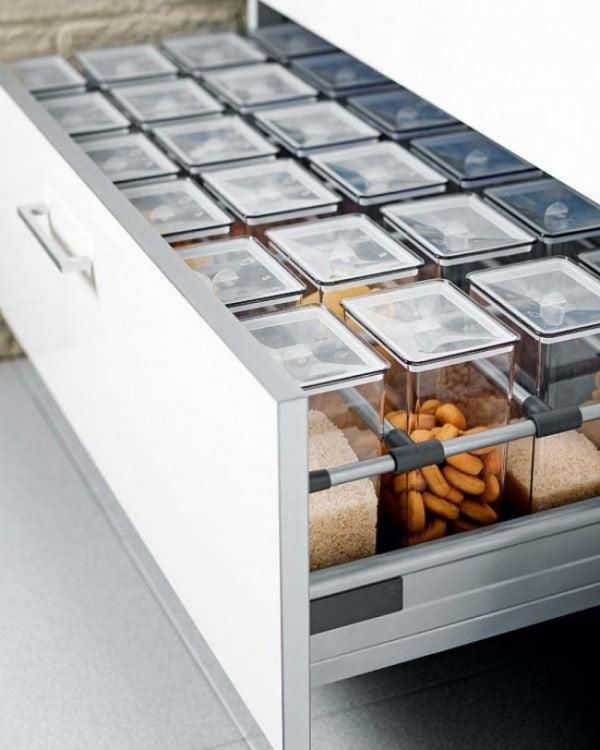 Cajón con recipientes llenos de especias dentro de un cajón en la cocina