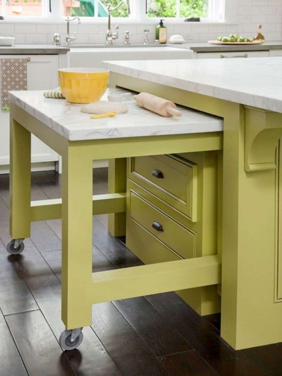 mesa que se desliza debajo de una mesa en la cocina