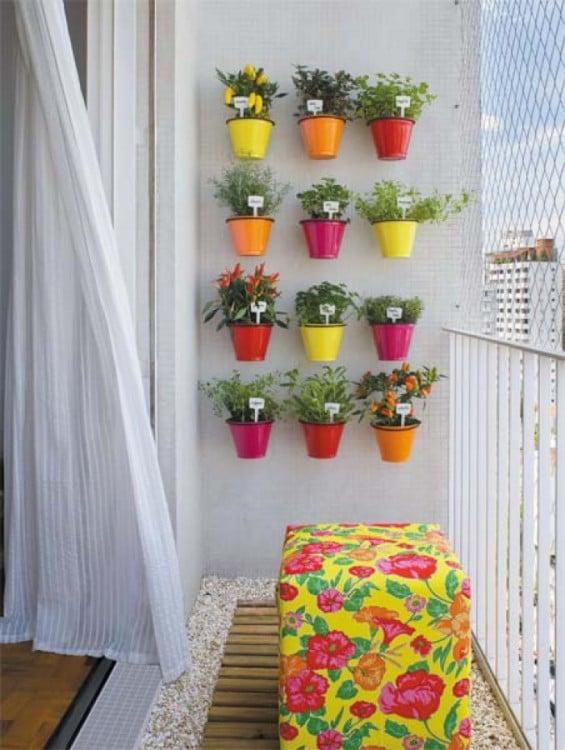 frascos pequeños fijos en la pared como un jardín vertical