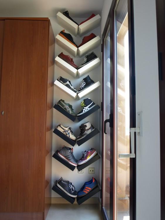 repisas de pared en forma de V para organizar los zapatos