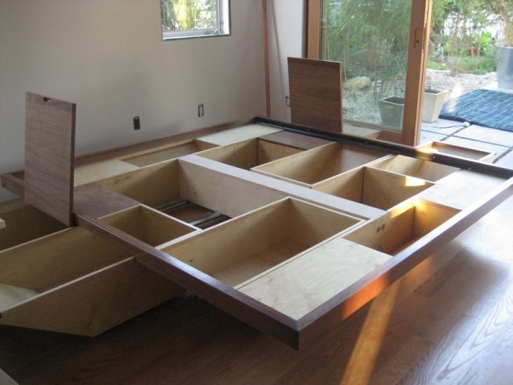 base de una cama conformada por cajones y espacios para guardar cosas
