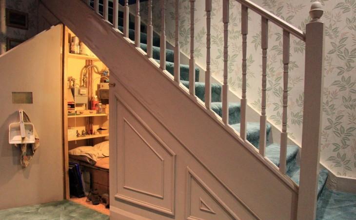 habitación para guardar cosas debajo de las escaleras