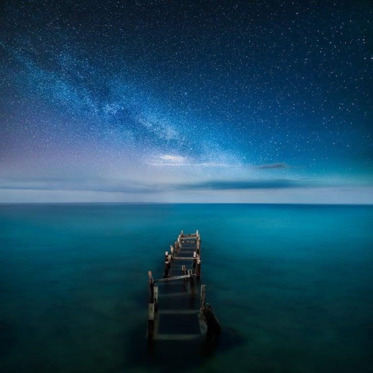 Cielo estrellado en la noche sobre un lago en Finlandia