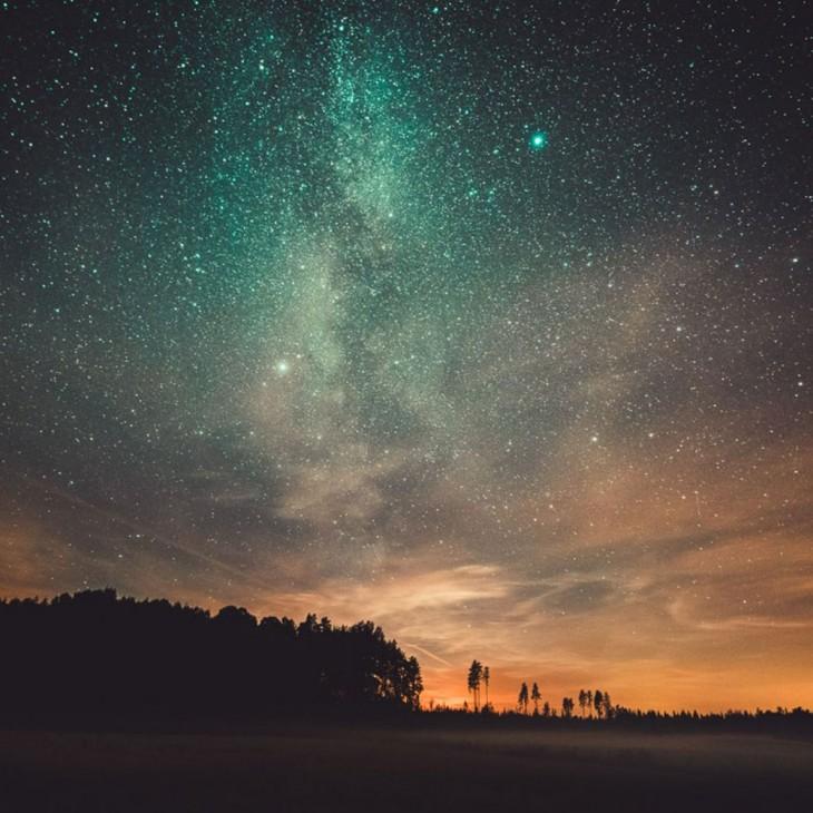 Fotografía del cielo nocturno en Finlandia