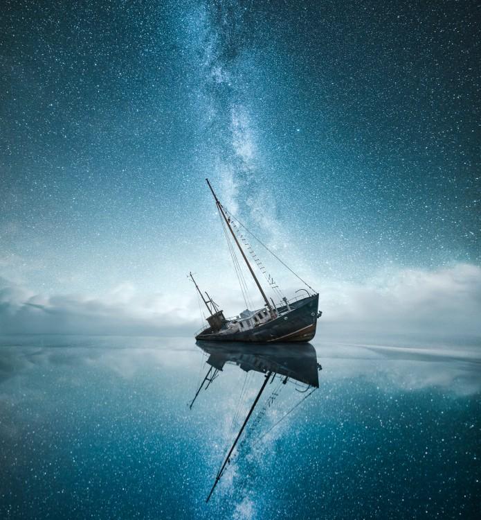 Barco hundiéndose en un lago de Finlandia
