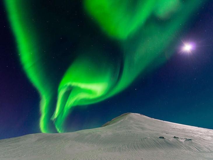 Bailando con la luna, Islandia fotografía por Andrew George
