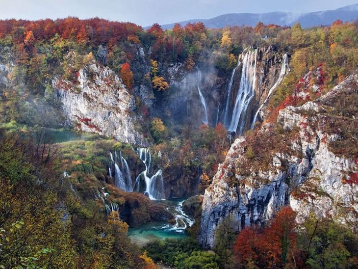 Cascadas en otoño en el Parque Nacional de los Lagos Plitvice en Croacia