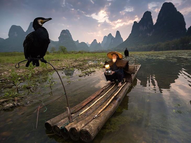 Alimentador de pájaros en Xingping, provincia de Guanxi en China por: Abderazak Tissoukai