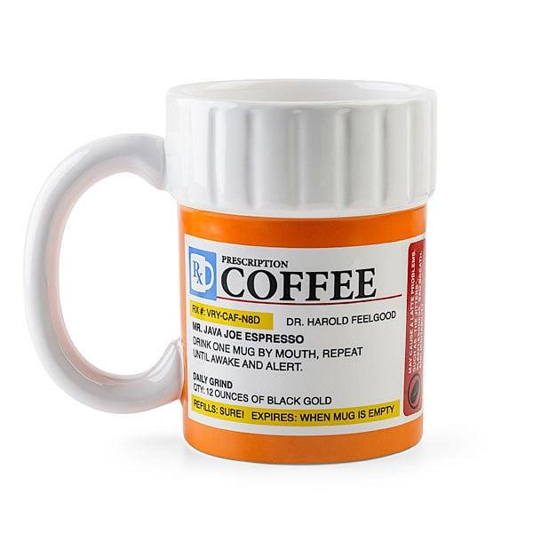 Taza de café en forma de pastillero con receta médica