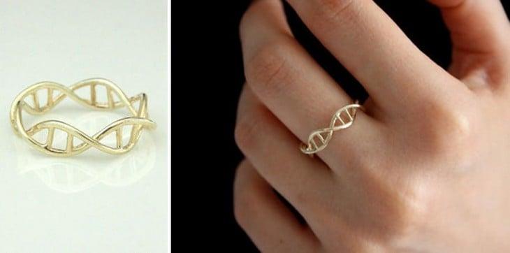 Anillo de oro en forma de ADN