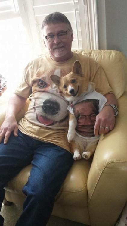 hombre junto a su cachorro Corgi sentado en un sillón