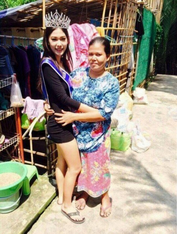 Miss Tailandia 2015 con su madre afuera de su casa