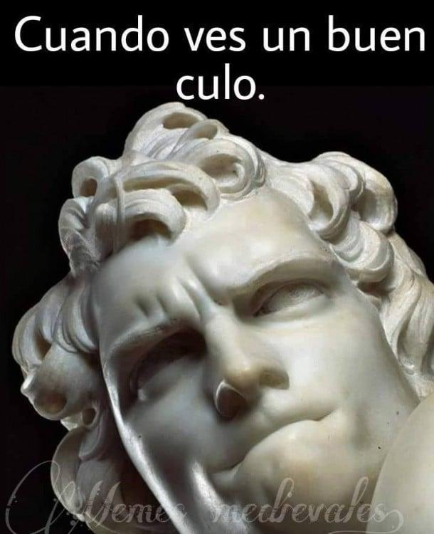 meme con una escultura diciendo cuando ves un buen culo