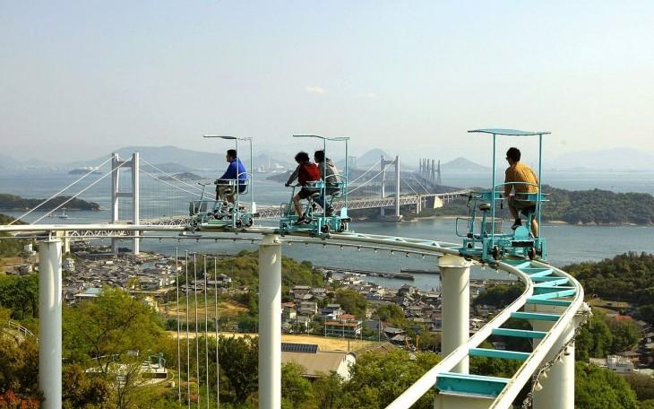 personas recorriendo el Skycycle