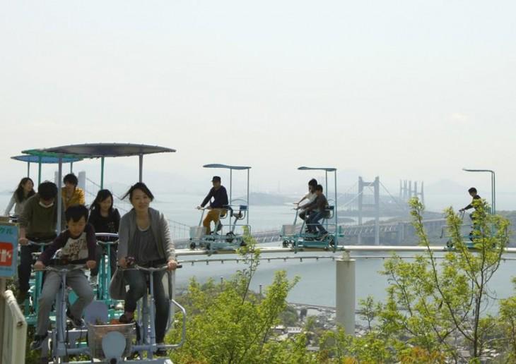 habitantes de Japón recorriendo la montaña rusa Skycycle