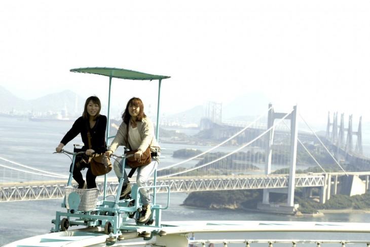 turistas recorriendo el skycycle en Japón