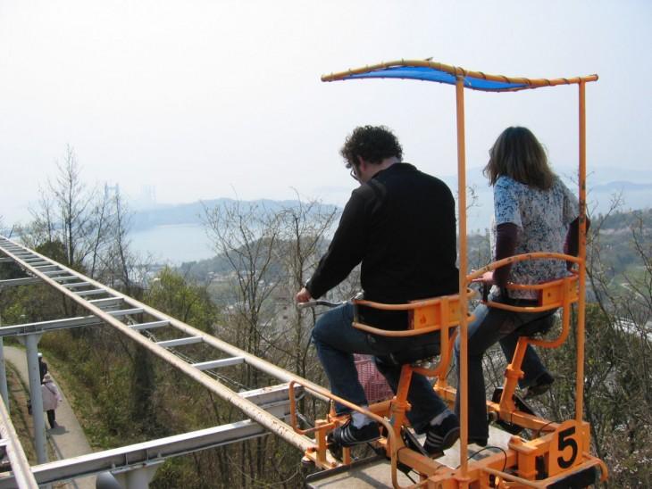 pareja de personas en un carrito de la montaña rusa en Japón