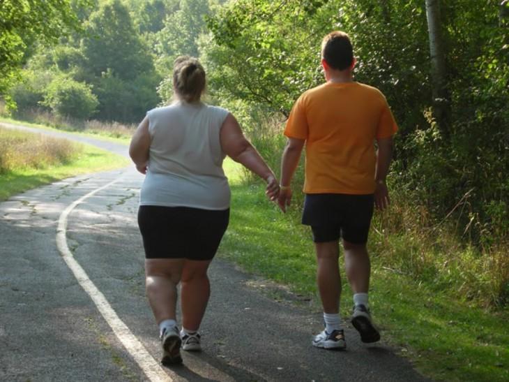 Personas obesas intentando hacer ejercicio al aire libre