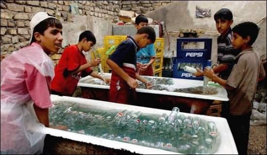 Fabricas de pepsi clandestina. Así es como lavan las botellas antes de ponerles el líquido