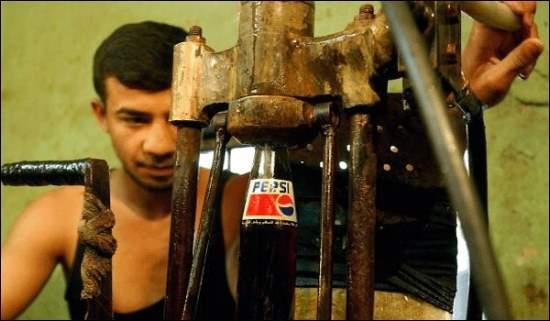 Sellan a presión las botellas de pepsi falsa con métodos muy viejos y máquinas de poca higiene