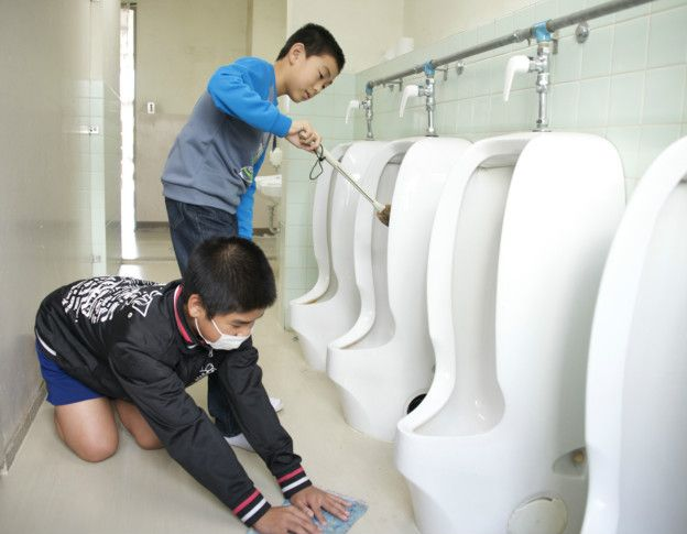 Crianças japonesas limpando seus banheiros escolares