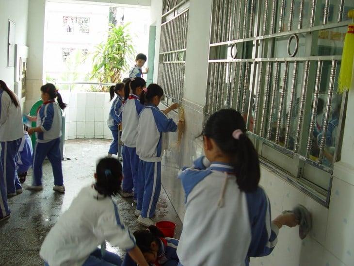 niñas japonesas limpiando su escuela