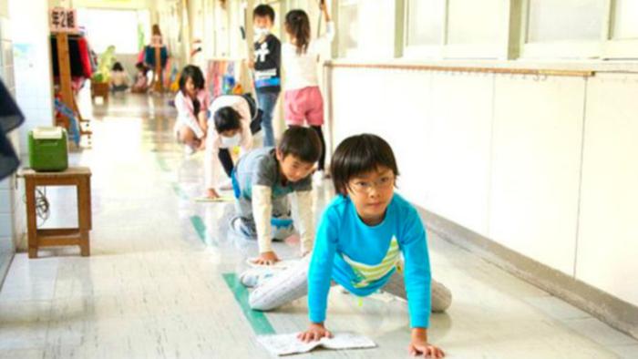 alumnos japoneses limpiando los corredores de su escuela