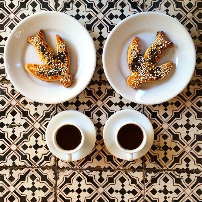 Platos de dos pan con la forma de pájaros simétricos a dos tazas de café