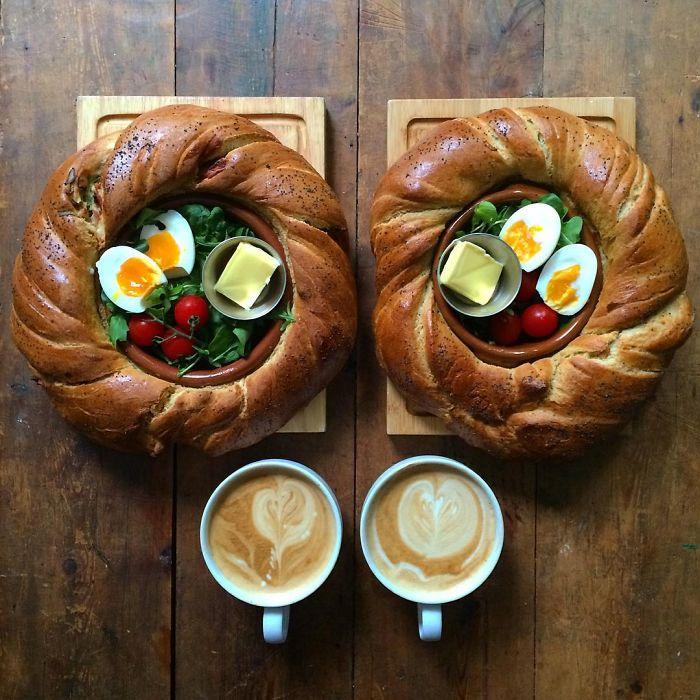 Dos platillos dentro de un pan con huevo y verdura simétrico a dos tazas de café