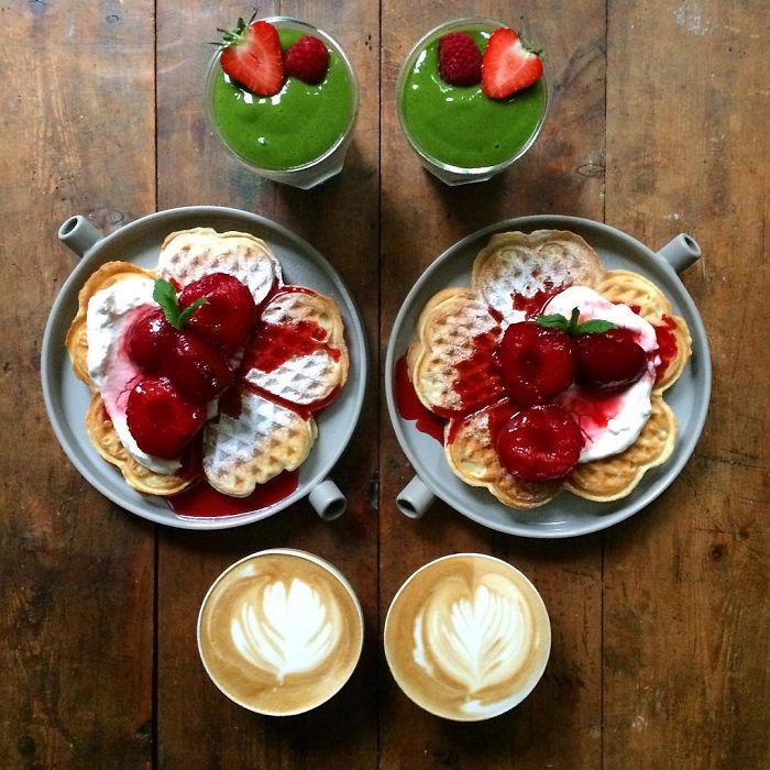 Wafles con fresa simétrico a dos tazas de café con licuados verdes