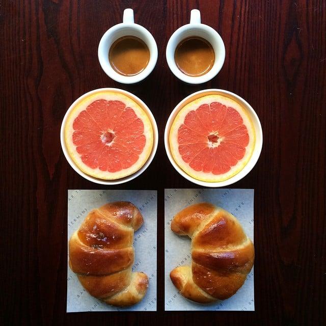 Desayuno simétrico de dos cuenitos, dos toronjas y dos tazas
