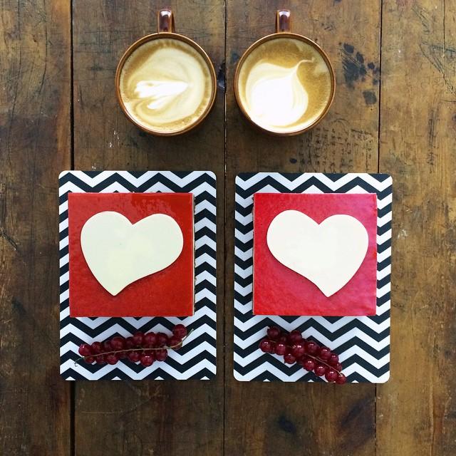 platillo con dos figuras de corazón simétricas a dos tazas de café